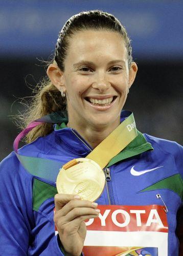 Fabiana Murer sorri no pódio do Mundial de Daegu com a medalha de ouro dois dias após vencer a prova do salto com vara