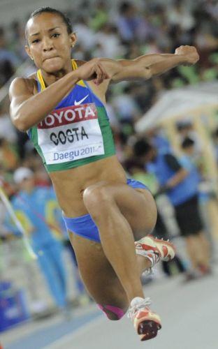 Imagem de uma tentativa da brasileira Keila Costa. A atleta tupiniquim foi mal e terminou a final apenas na última colocação.