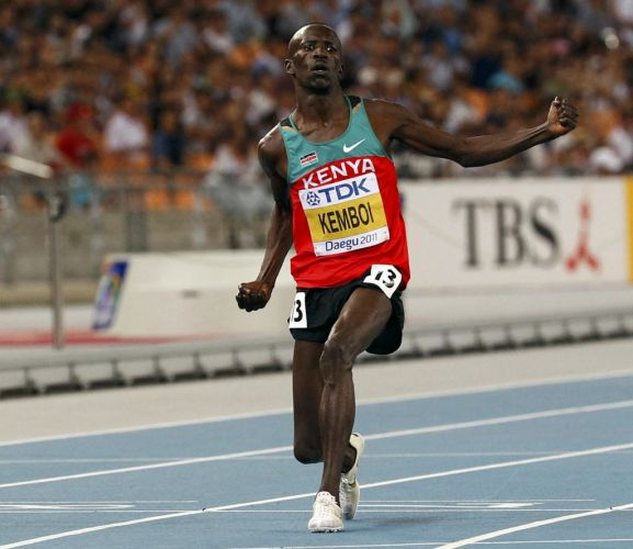 O queniano Ezekiel Kemboi faz festa após vencer a prova de 3.000m com obstáculos.