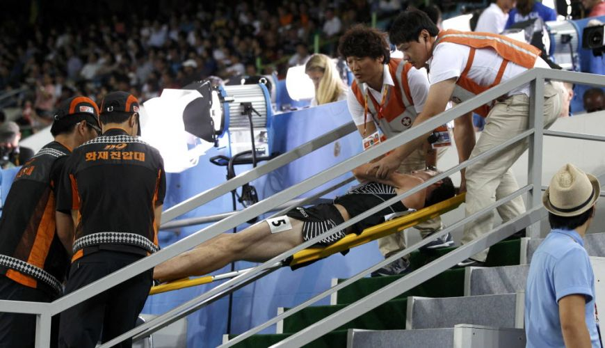 O neozelandês Nicholas Willis foi só uma das vítimas dos esbarrões do dia. Ele caiu na semifinal dos 1.500m e teve de ser carregado de maca.