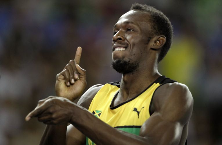 Usain Bolt sorri para as cmeras aps vencer a sua bateria na semifinal dos 200m no Mundial de atletismo em Daegu.