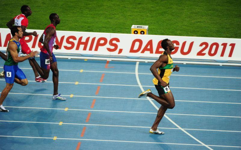 Imagem de Usain Bolt ao fim de sua bateria semifinal dos 200m, já desacelerando em relação aos rivais mais imediatos. O jamaicano foi à final com o segundo melhor tempo.