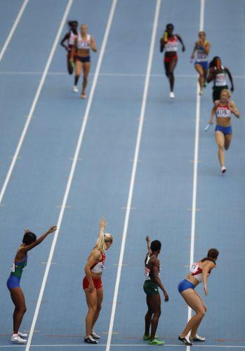 Imagem da semifinal do revezamento 4x400m feminino. Joelma Sousa, a brasileira à espera do bastão na parte de baixo da imagem, sofreu uma queda decisiva em sua corrida e viu a equipe ficar fora da decisão.