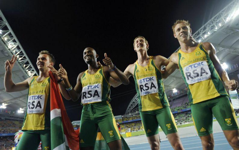 Time sul-africano, prata no revezamento 4x400m sem o biamputado Oscar Pistorius, posa para fotos.