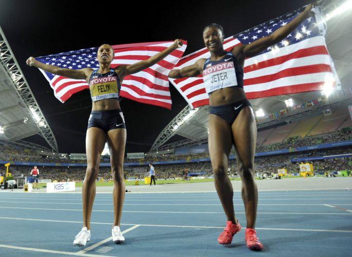Allyson Felix e Carmelita Jeter, favoritas nos 200m femininos, posam com a bandeira dos Estados Unidos após perderem a disputa para a jamaicana Veronica Campbell-Brown.