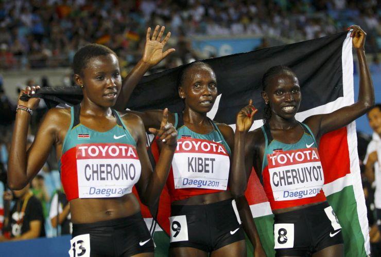 Vivian Cheruiyot, à direita, posa para fotos com as compatriotas Mercy Cherono (esq.) e Sylvia Jebiwott Kibet após vencer os 5.000m no Mundial de Daegu.