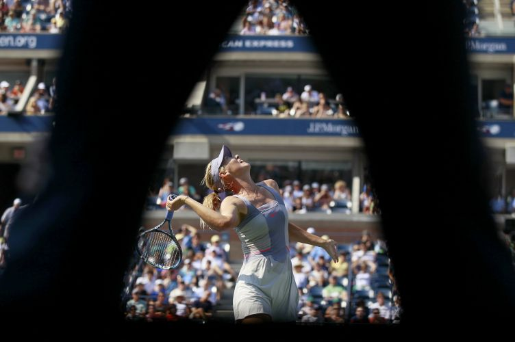 Maris Sharapova saca em duelo contra Flavia Pennetta no US Open; mussa russa perdeu por 2 sets a 1 e está fora da disputa