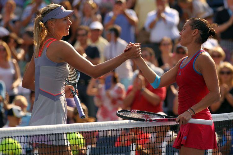 Maria Sharapova e Flavia Pennetta se cumprimentam após partida no US Open; italiana surpreendeu russa e está nas oitavas de final do Grand Slam