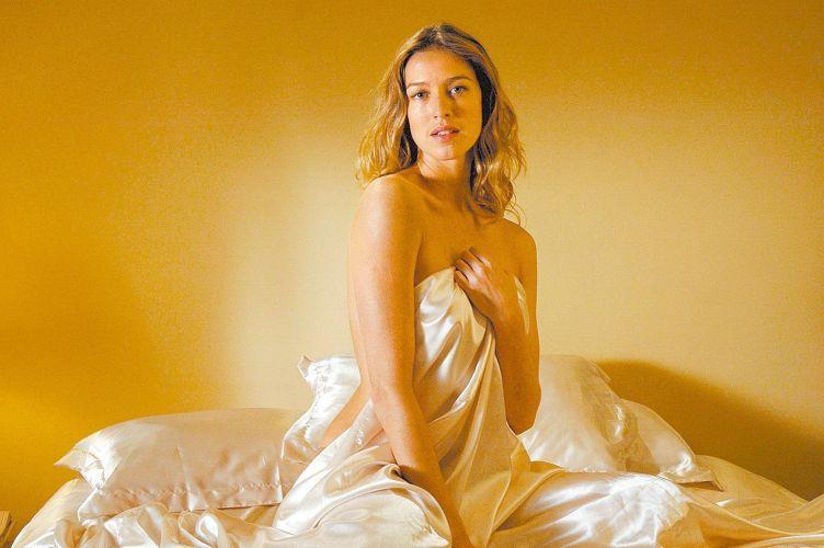 Atriz Luana Piovani posa para foto de divulgação do filme A Mulher Invisível