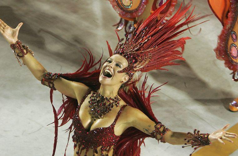 Luana Piovani desfila com a escola de samba Salgueiro durante o carnaval de 2006, no Rio de Janeiro