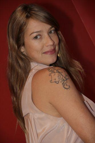 Luana Piovani posa para fotógrafos durante entrevista coletiva de Mulher Invisível, que contou com participação de Selton Melo e Débora Falabela; atriz é casada com o surfista Pedro Scooby