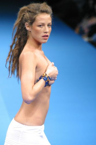 Luana Piovani usa dreadlocks e pouca roupa durante desfile do Fashion Rio; atriz  casada com o surfista Pedro Scooby
