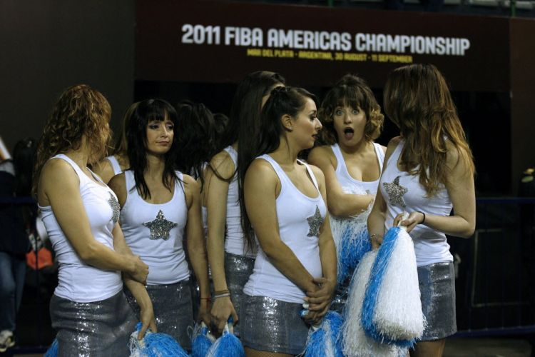 Cheerleaders aguardam para entrar em ao durante o Pr-Olmpico na Argentina