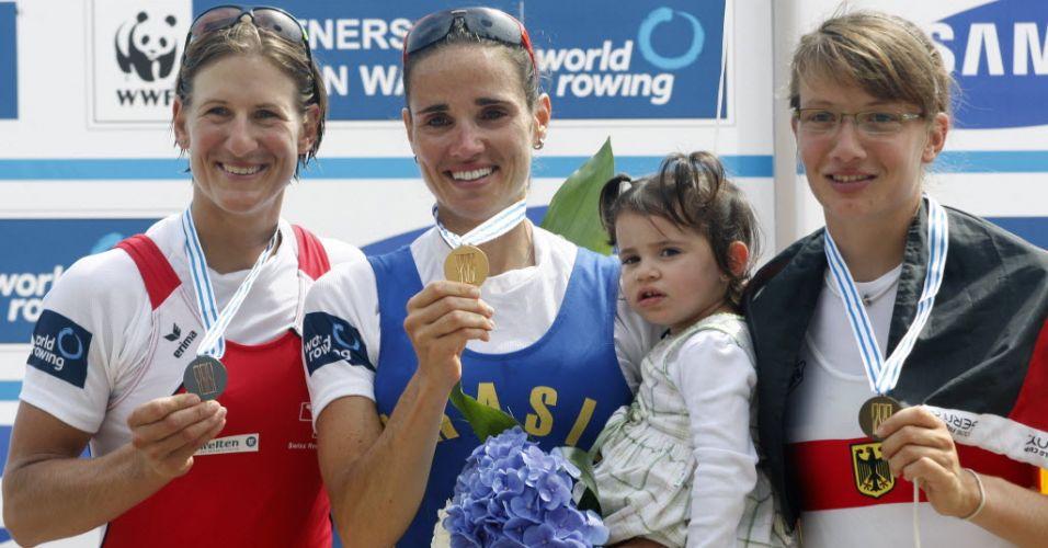 Fabiana Beltrame posa ao lado da medalhista de prata Pamela Weisshaupt e da medalhista de bronze Lena Mueller