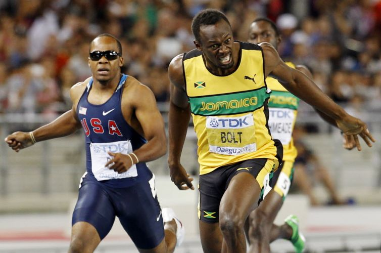 Usain Bolt cruza a linha de chegada para vencer os 200 m rasos no Mundial de Daegu