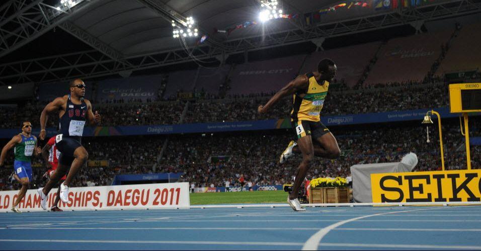 Usain Bolt cruza a linha de chegada na frente do norte-americano Walter Dix para vencer os 200 m rasos