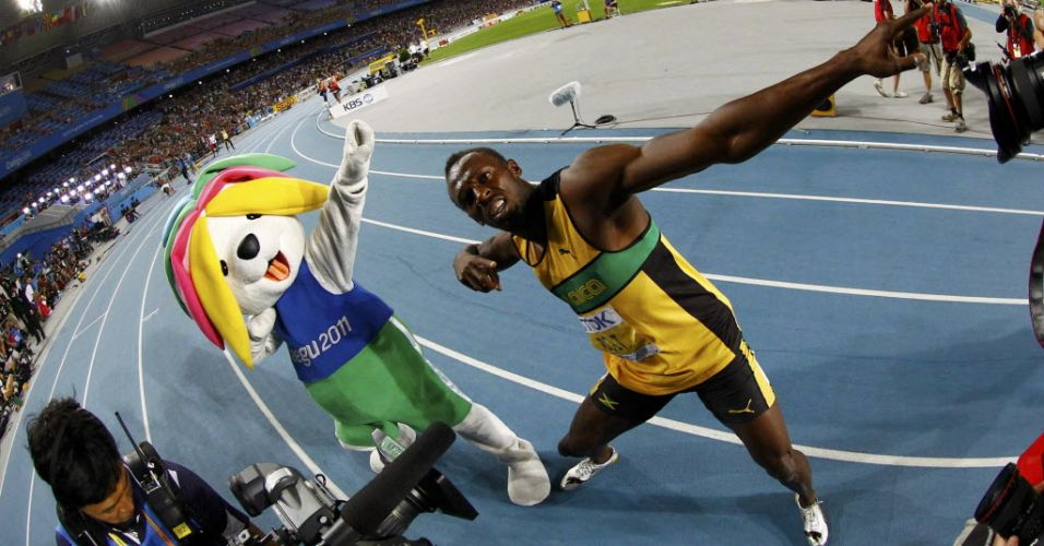 Mascote oficial do Mundial, Sarbi imitata gesto de Usain Bolt na comemorao aps vencer os 200 m rasos