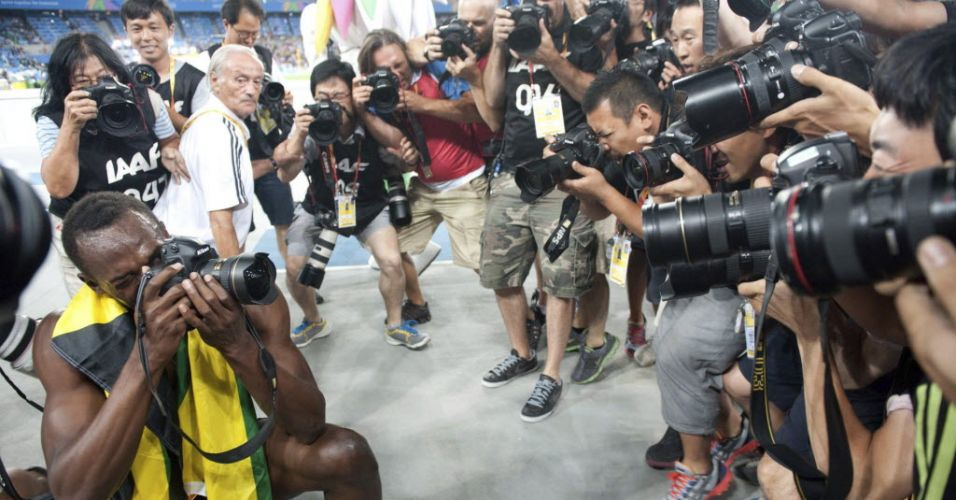 Usain Bolt fotografa aps vencer os 200 m rasos no Mundial de Daegu