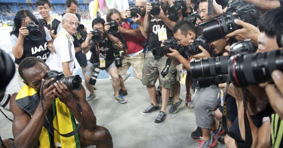 Usain Bolt fotografa após vencer os 200 m rasos no Mundial de Daegu