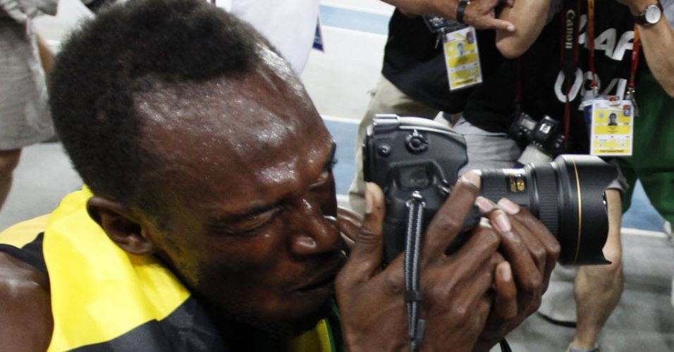 Usain Bolt registra foto com cmera depois de vencer os 200 m rasos no Mundial de Daegu