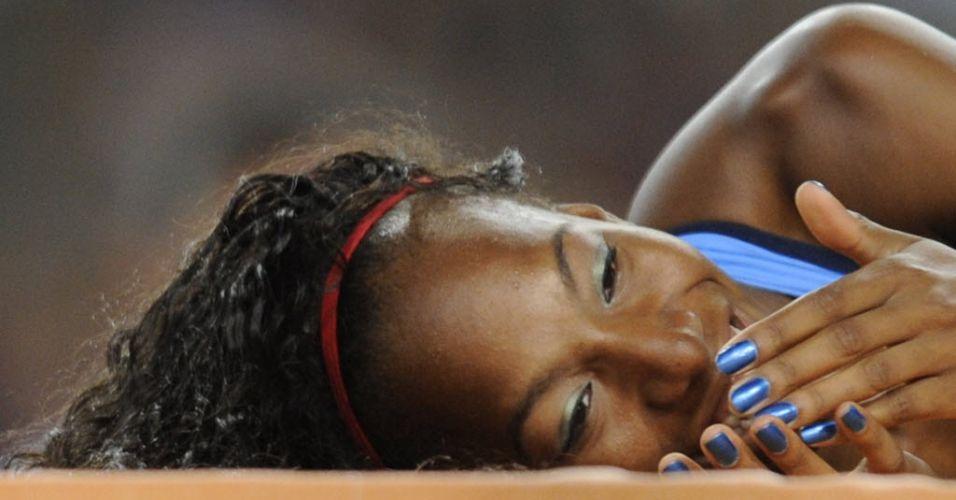 Norte-americana Brigetta Barrett fica deitada no colchão da prova de salto em altura
