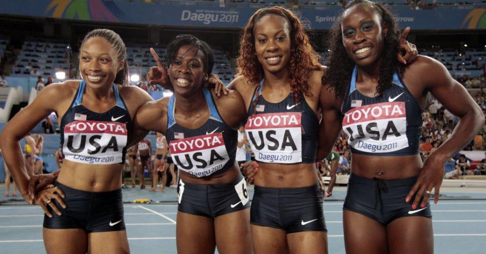 Norte-americanas Allyson Felix, Francena McCorory, Sanya Richards e Jessica Beard comemoram a medalha de ouro no revezamento 4x400 m