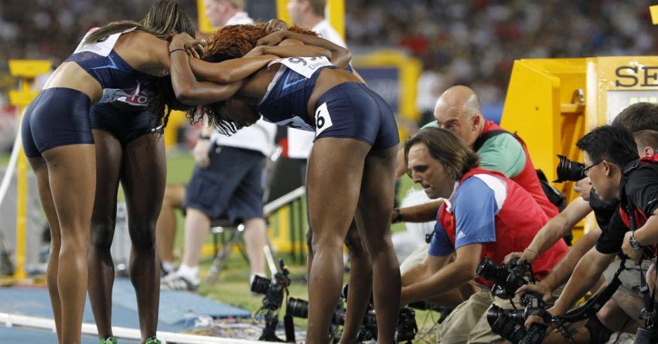 Norte-americanas comemoram a vitória no revezamento 4x400 m no Mundial de Daegu