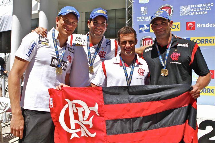 Cesar Cielo, Henrique Barbosa, Leonardo de Deus e Nicholas dos Santos (da esq. para dir.) comemoram a vitória do Flamengo no revezamento 4x100 m medley