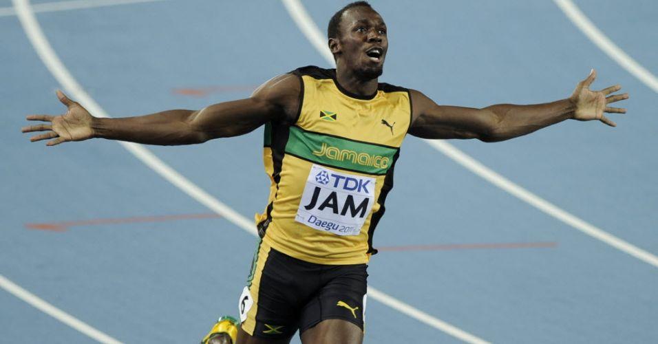 Usain Bolt abre os braços para comemorar depois de vitória e recorde mundial no revezamento 4x100 m