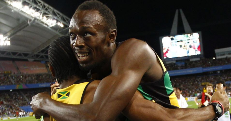 Usain Bolt  abraado por Yohan Blake depois de fechar o revezamento 4x100 m da Jamaica
