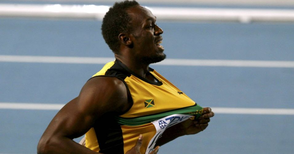 Usain Bolt exibe camisa da Jamaica depois da vitria no revezamento 4x100 m