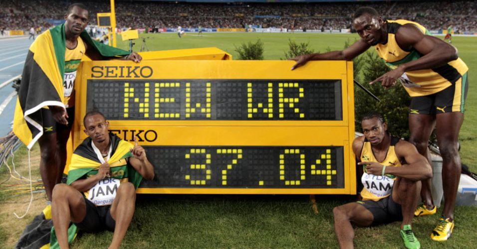 Nesta Carter, Michael Frater, Usain Bolt e Yohan Blake comemoram o novo recorde mundial após a vitória no revezamento 4x100 m