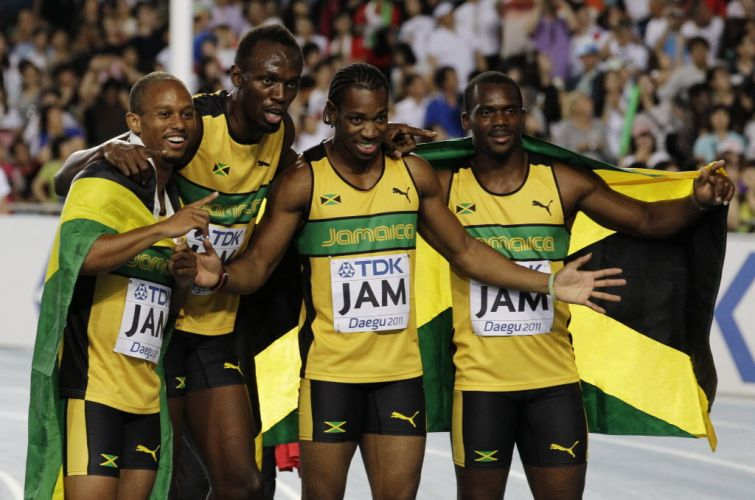 Jamaicanos Michael Frater, Usain Bolt, Yohan Blake e Nesta Carter comemoram aps a vitria no revezamento 4x100 m