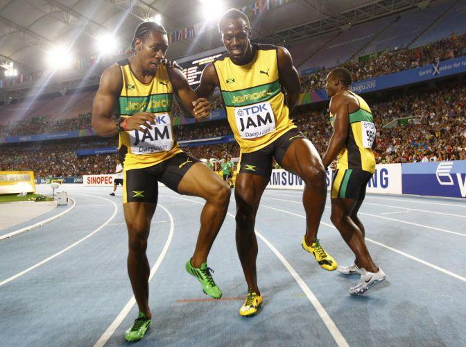 Yohan Blake e Usain Bolt dançam para comemorar a vitória e o recorde mundial no revezamento 4x100 m