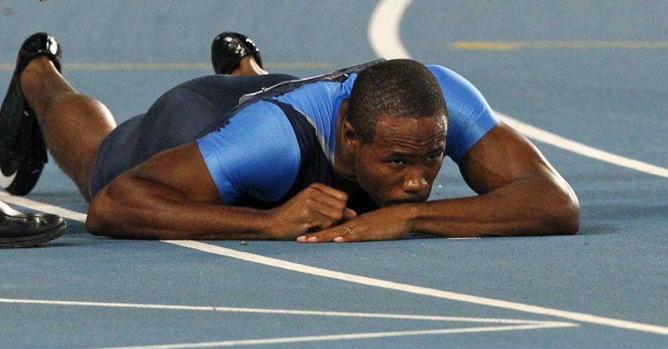 Darvis Patton fica caído na pista depois de se atrapalhar e eliminar a equipe dos Estados Unidos no revezamento 4x100 m