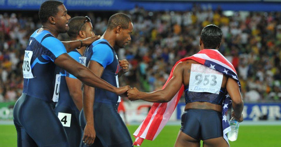 Darvis Patton é consolado por Justin Gatlin e Carmelita Jeter depois de causar a eliminação dos Estados Unidos no revezamento 4x100 m com a queda na última passagem do bastão