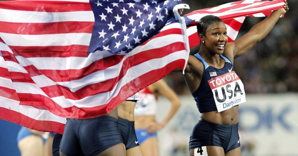 Carmelita Jeter comemora com a bandeira dos Estados Unidos depois de vencer o revezamento 4x100 m feminino