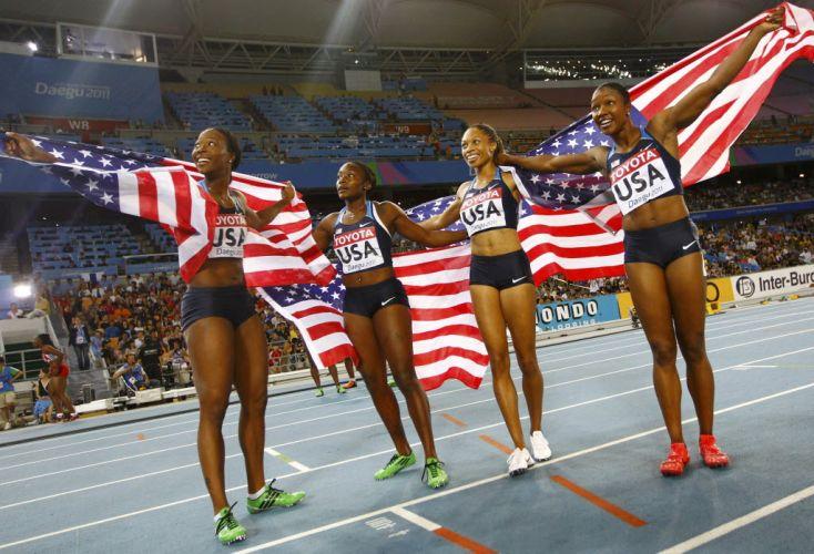 Bianca Knight, Allyson Felix, Marshevet Myers e Carmelita Jeter comemoram vitória dos Estados Unidos no revezamento 4x100 m