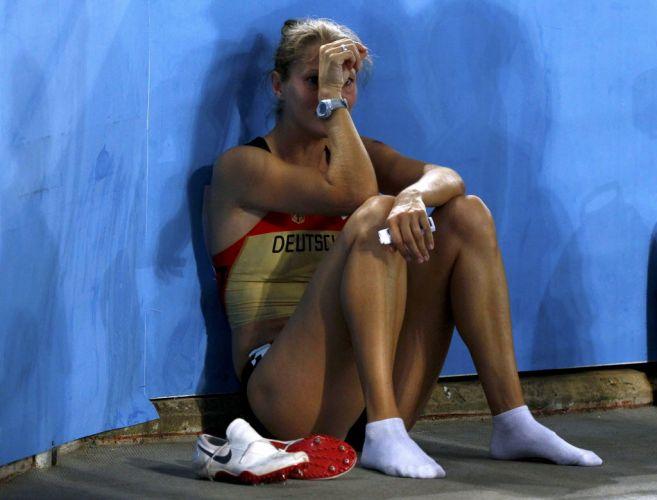Marion Wagner chora após ser atrapalhada pela queda da equipe de Bahamas e ficar fora da final do revezamento 4x100 m