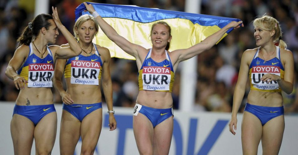 Ucranianas Olesya Povh, Mariya Ryemyen, Hrystyna Stuy e Nataliya Pohrebnyak comemoram medalha de bronze no revezamento 4x100 m feminino