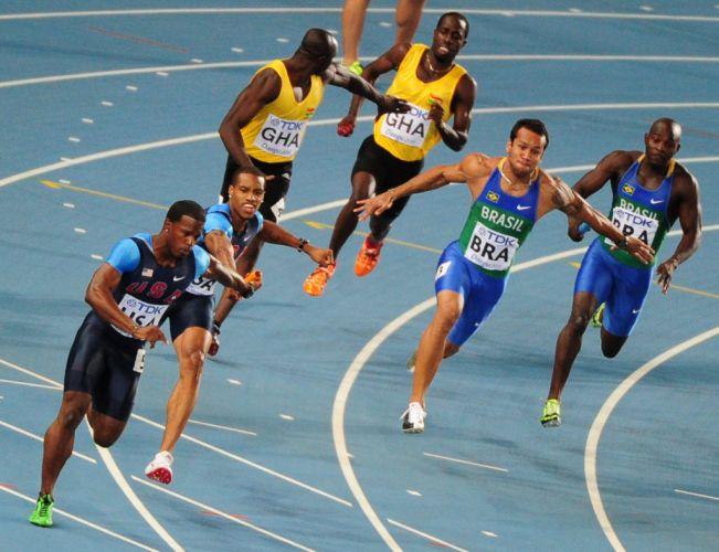 Bruno Lins se prepara para receber o bastão de Nilson André no revezamento 4x100 m, antes de Nilson se atrapalhar e cair