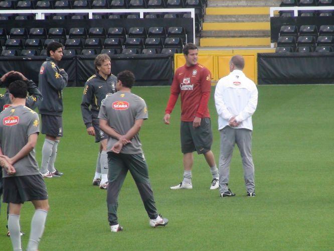 Mano Menezes conversa com os jogadores em treino de reconhecimento do Brasil no estádio Craven Cottage, do Fulham, palco do amistoso contra Gana nesta segunda-feira