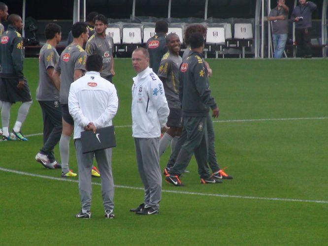 Mano Menezes comanda treino da seleção no estádio Craven Cottage, em Londres, palco do duelo diante de Gana, nesta segunda