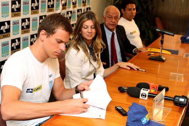 Cesar Cielo assina termo com os Correios para concessão de bolsa que o auxiliará nos treinos para as Olimpíadas de 2012, em Londres