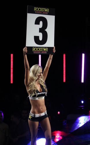 Ring girl desfila durante o evento deste sábado, pelo Strikeforce