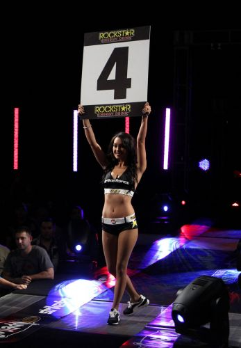 Ring girl desfila durante o evento deste sbado, pelo Strikeforce