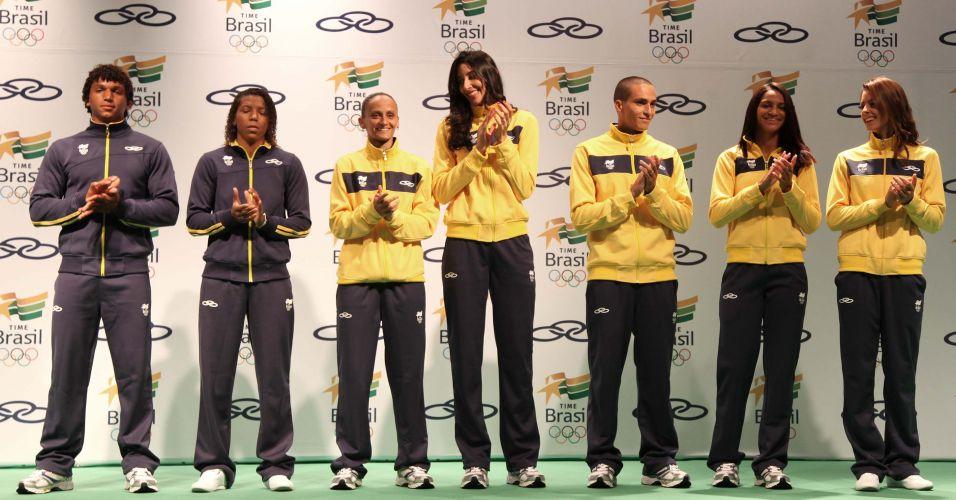 Da esquerda para direita, Isaquias Queiroz (canoagem), Rafaela Silva (judô), Fabi (vôlei), Sheilla (vôlei), Cesar Castro (saltos ornamentais), Bárbara Leôncio (atletismo) e Patricia Freitas (vela) exibem uniformes para o Pan