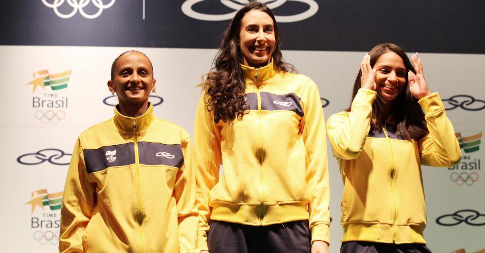 Fabi e Sheilla (vôlei) e Bárbara Leôncio (atletismo) exibem uniforme de pódio do Time Brasil