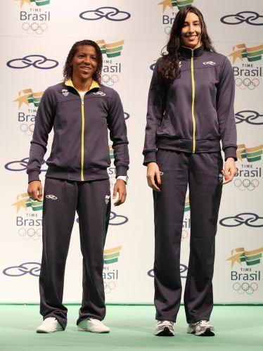 As atletas Rafaela Silva (judô) e Sheilla (vôlei) exibem uniforme de competição do Brasil para o Pan