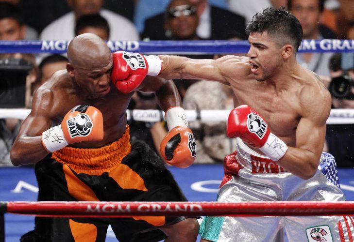 Victor Ortiz acerta um golpe de direita em Floyd Mayweather no início da luta em Las Vegas, que valia o cinturão dos meio-médios.